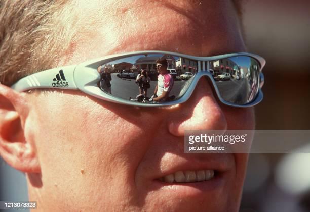 Jens Heppner vom Team Deutsche Telekom, hat am in Kapstadt offensichtlich seinen Kapitän Jan Ullrich im Blick - die Spiegelung in der Brille zeigt...
