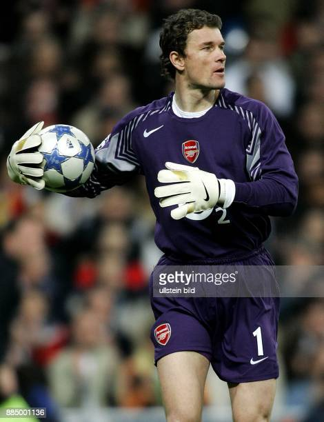 Jens Lehmann Torhüter FC Arsenal London D hält den Ball im Arm