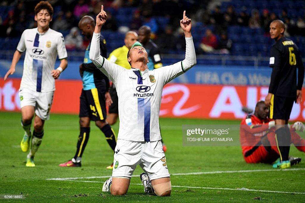 Jeonbuk Hyundai forward Kim Shin-Wook (C) celebrates his goal during the Club World Cup football fifth place match between South Africa's Mamelodi Sundowns and South Korea's Jeonbuk Hyundai at Suita City stadium in Osaka on December 14, 2016. / AFP / TOSHIFUMI