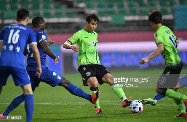 Jeonbuk Hyundai Motors' Lee Donggook dribbles the ball against Suwon Samsung Bluewings during the opening game of South Korea's KLeague football...