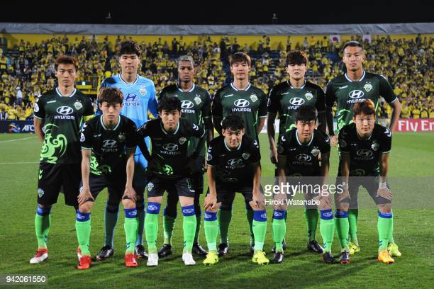 Jeonbuk Hyundai Motors players line up for the team photos prior to the AFC Champions League Group E match between Kashiwa Reysol and Jeonbuk Hyundai...