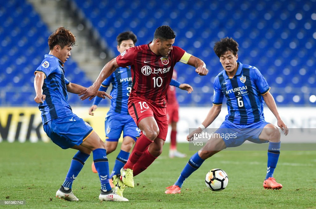 Jeong Jae-Yong #6 of Ulsan Hyundai and Hulk #10 of Shanghai SIPG compete for the ball during the 2018 AFC Champions League Group F match between Ulsan Hyundai FC and Shanghai SIPG at the Ulsan Munsu Football Stadium on March 13, 2018 in Ulsan, South Korea.