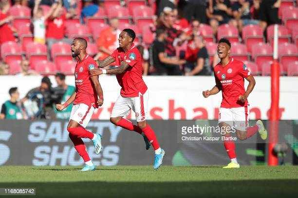 Jeremiah St.Juste of 1.FSV Mainz 05 celebrates after scoring his team's second goal with team mates during the Bundesliga match between 1. FSV Mainz...