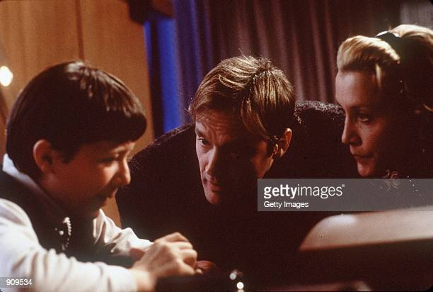 Jeremy Blackman Michael Bowen and Felicity Huffman in Magnolia Photo credit Peter Sorel/New Line SMPSP 1999 New Line Cinema