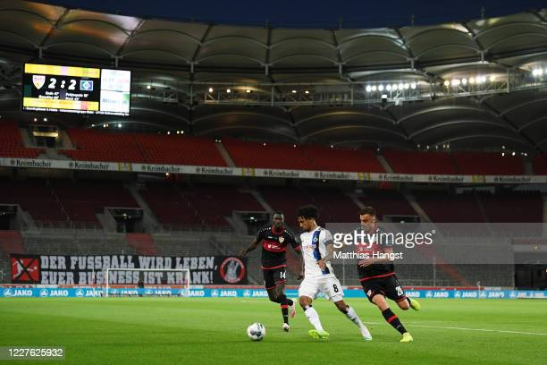 Jeremy Dudziak of Hamburg is challenged by Philipp Foerster and Silas Wamangituka of Stuttgart during the Second Bundesliga match between VfB...