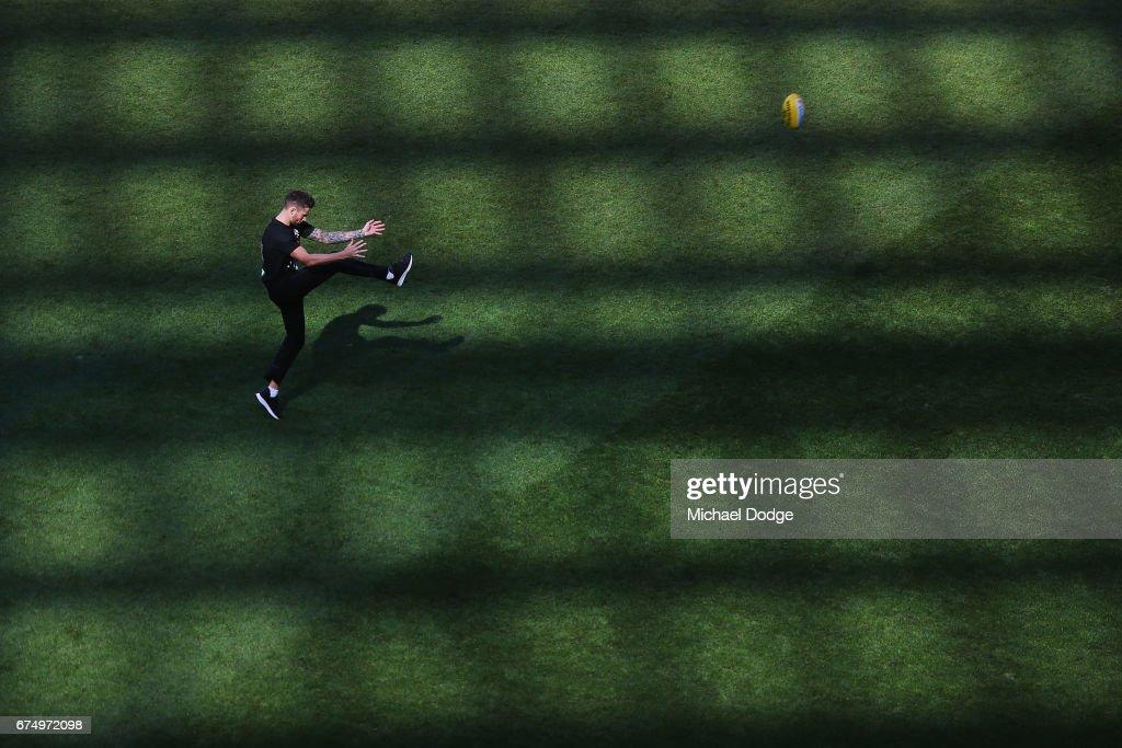AFL Rd 6 - Geelong v Collingwood : News Photo