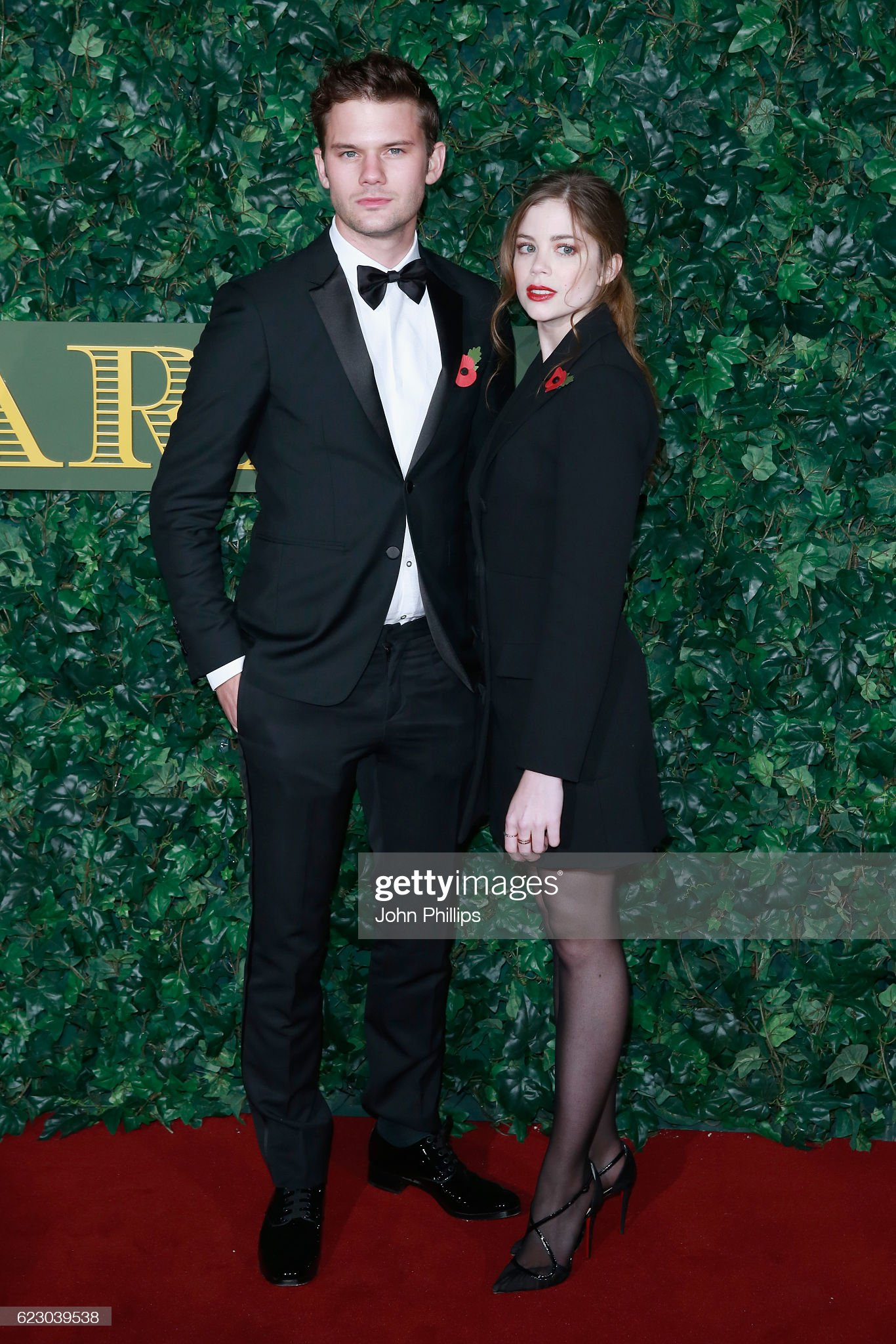 ¿Cuánto mide Charlotte Hope? - Real height Jeremy-irvine-and-charlotte-hope-attend-the-london-evening-standard-picture-id623039538?s=2048x2048