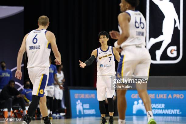 Jeremy Lin of the Santa Cruz Warriors high-fives teammates during the game on March 5, 2021 at HP Field House in Orlando, Florida. NOTE TO USER: User...