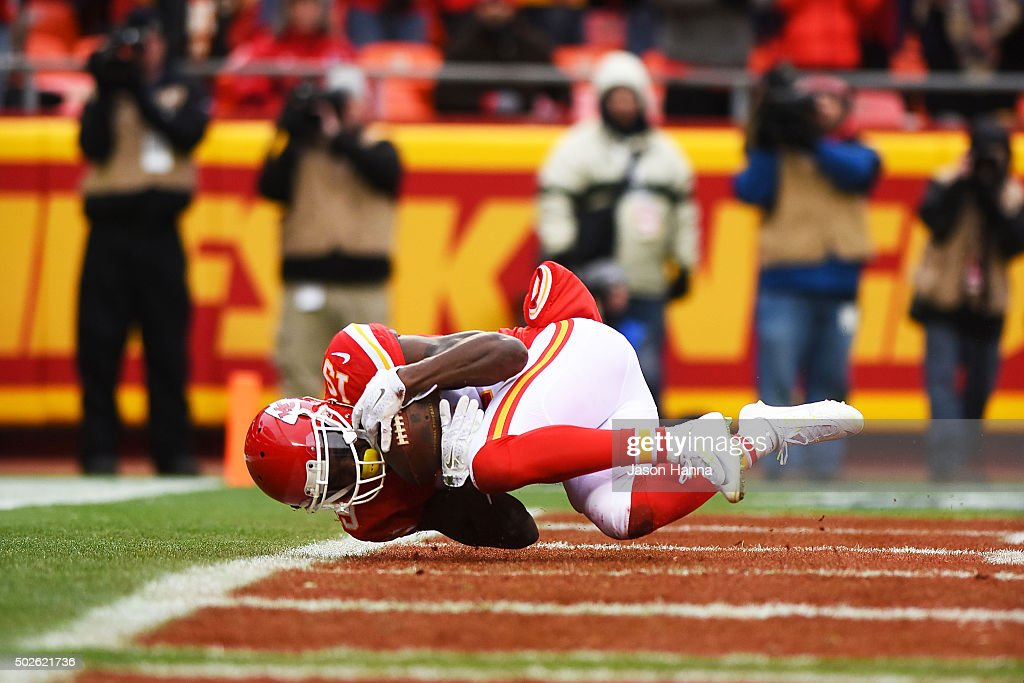 Jeremy Maclin #19 of the Kansas City Chiefs catches a touchdown pass at Arrowhead Stadium during the first quarter of the game on December 27, 2015 in Kansas City, Missouri.
