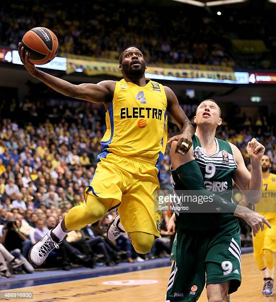 Jeremy Pargo #4 of Maccabi Electra Tel Aviv competes with Darius Songaila #9 of Zalgiris Kaunas during the Turkish Airlines Euroleague Basketball Top...