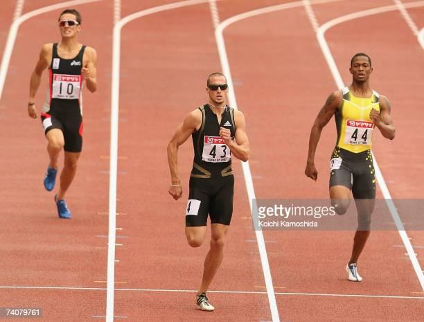 Jeremy Wariner of USA leads the men's 400-metre during the 2007 Osaka Grand Prix Athletics at Nagai Stadium May 5, 2007 in Osaka, Japan.