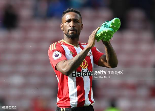 Jermain Defoe of Sunderland applauds the fans at the end of the match during the Premier League match between Sunderland and Swansea City at Stadium...