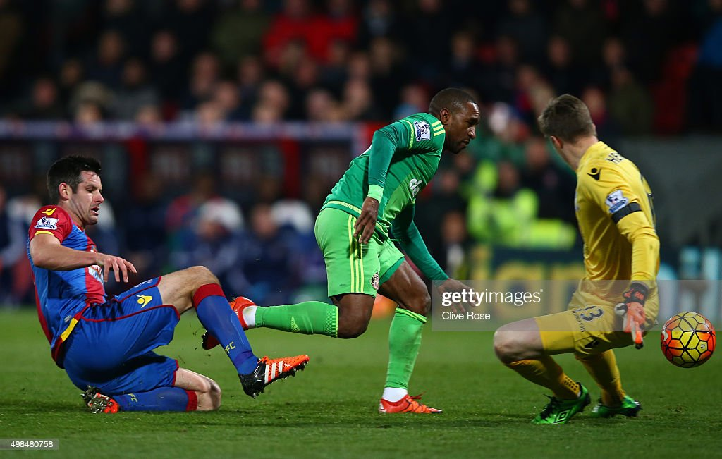 Jermain Defoe of Sunderland capitalises on a mix up by Scott Dann (L) and Wayne Hennessey (R) of Crystal Palace to score the opening goal during the Barclays Premier League match between Crystal Palace and Sunderland at Selhurst Park on November 23, 2015 in London, England.