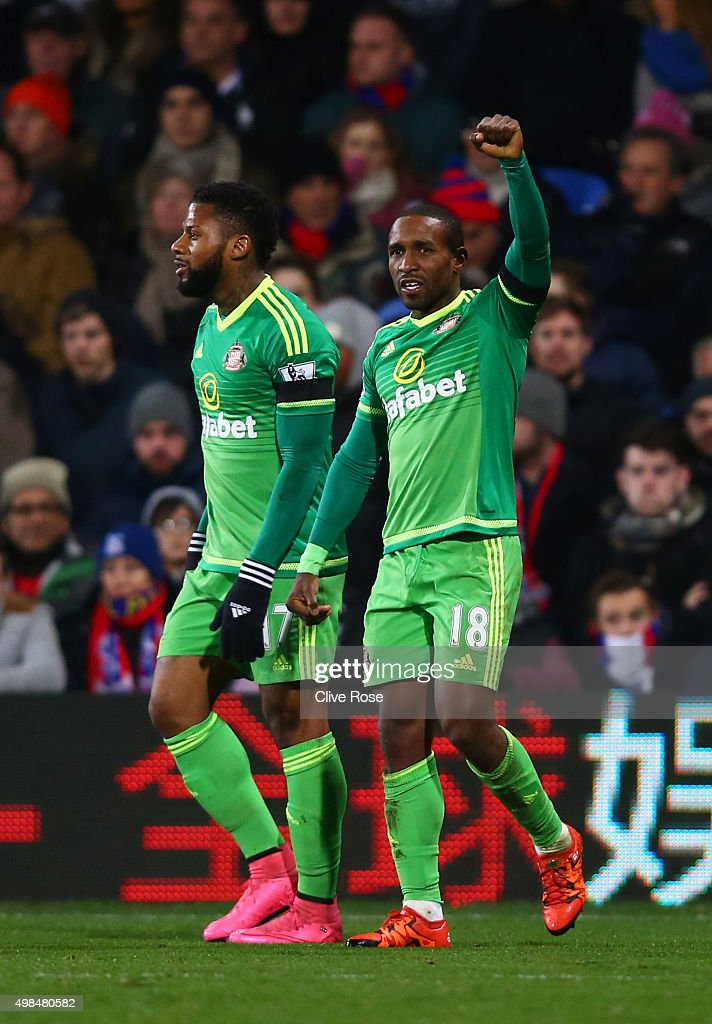 Jermain Defoe (R) of Sunderland celebrates after scoring the opening goal during the Barclays Premier League match between Crystal Palace and Sunderland at Selhurst Park on November 23, 2015 in London, England.