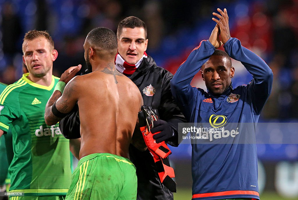 Jermain Defoe of Sunderland (R) celebrates at the final whistle during the Barclays Premier League match between Crystal Palace FC and Sunderland AFC at Selhurst Park on November 23, 2015 in London, England.
