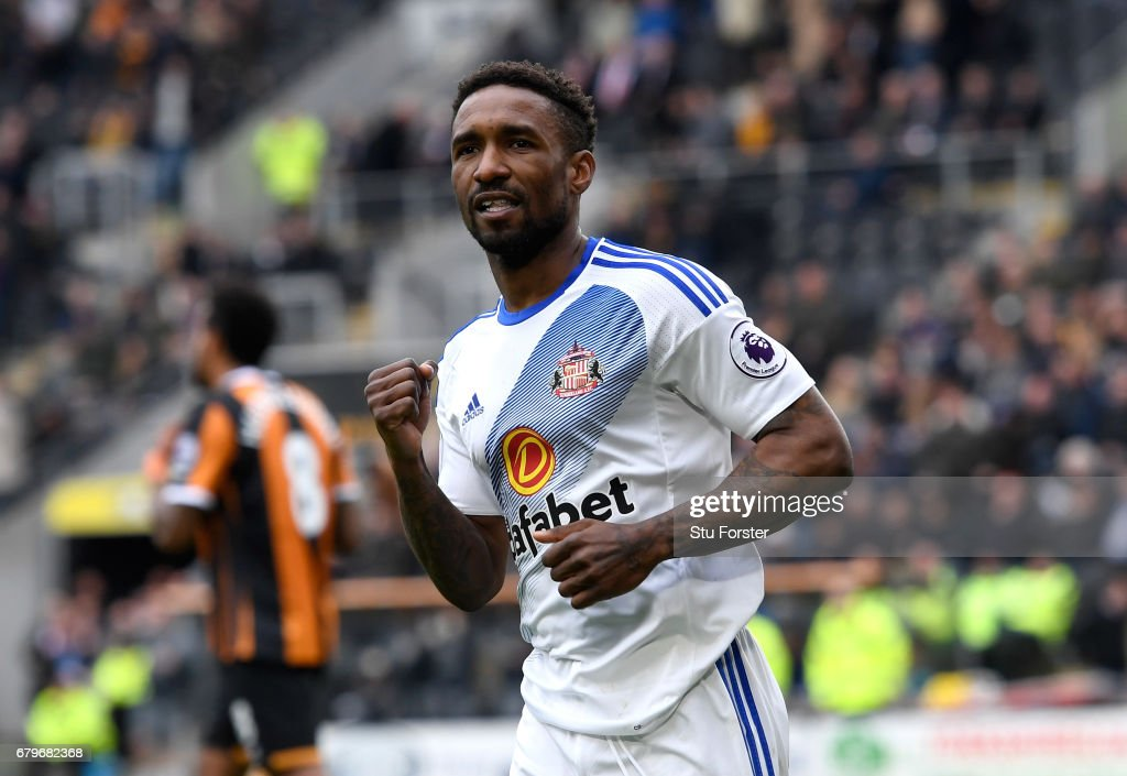 Jermain Defoe of Sunderland celebrates scoring his sides second goal during the Premier League match between Hull City and Sunderland at the KCOM Stadium on May 6, 2017 in Hull, England.