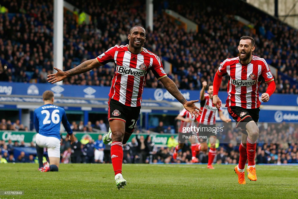 Jermain Defoe of Sunderland celebrates scoring his team's second goal with Steven Fletcher (R) during the Barclays Premier League match between Everton and Sunderland at Goodison Park on May 9, 2015 in Liverpool, England.