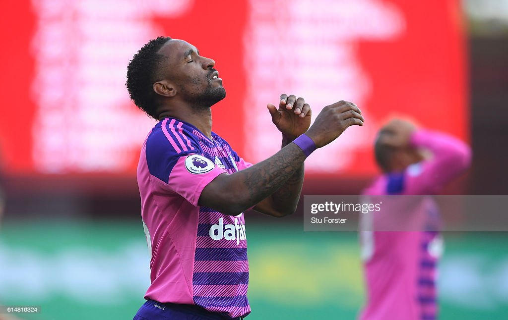 Jermain Defoe of Sunderland (L) reacts after missing a chance during the Premier League match between Stoke City and Sunderland at Bet365 Stadium on October 15, 2016 in Stoke on Trent, England.