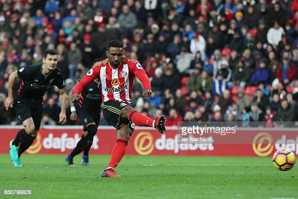 Jermain Defoe of Sunderland scores from the penalty spot during the Premier League match between Sunderland and Liverpool at Stadium of Light on...