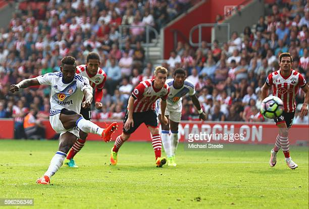 Jermain Defoe of Sunderland scores his sides first goal during the Premier League match between Southampton and Sunderland at St Mary's Stadium on...