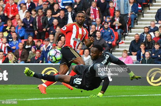 Jermain Defoe of Sunderland scores his sides first goal past Steve Mandanda of Crystal Palace during the Premier League match between Sunderland and...