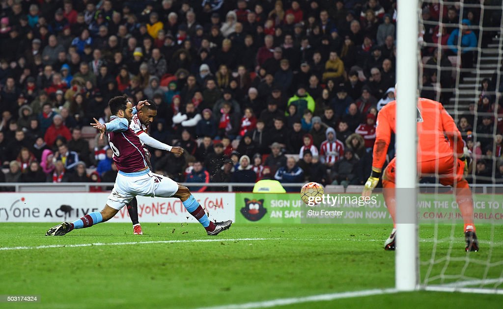 Jermain Defoe of Sunderland scores his team's second goal during the Barclays Premier League match between Sunderland and Aston Villa at Stadium of Light on January 2, 2016 in Sunderland, England.