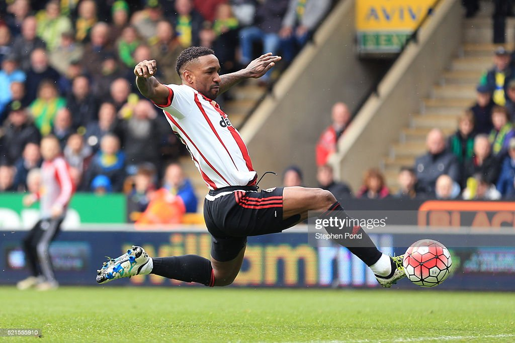 Jermain Defoe of Sunderland scores his team's second goal during the Barclays Premier League match between Norwich City and Sunderland at Carrow Road on April 16, 2016 in Norwich, England.