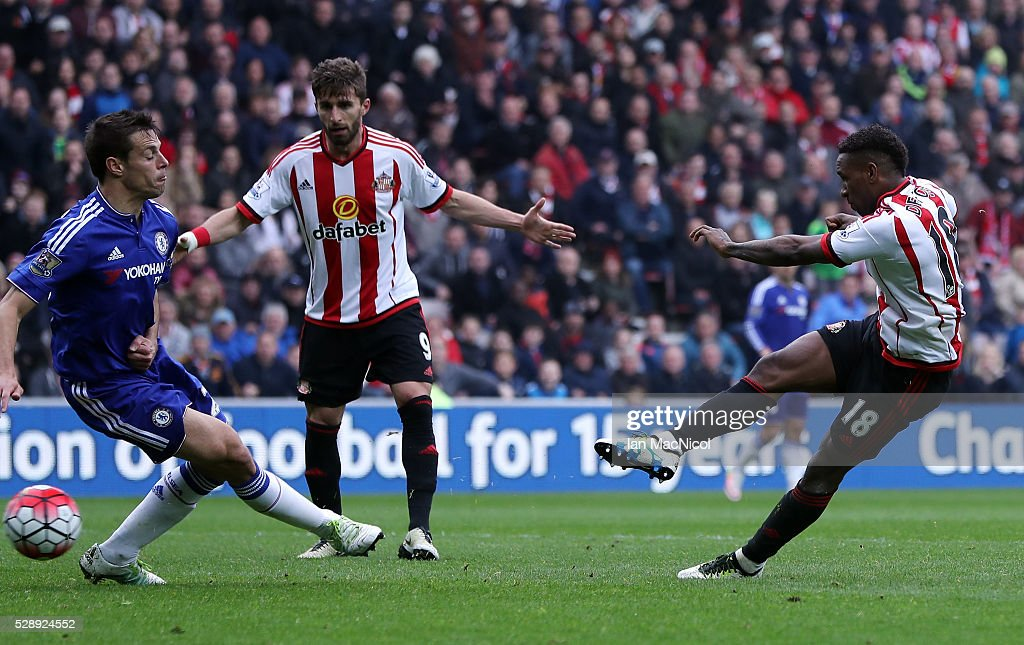 Jermain Defoe of Sunderland scores his team's third goal during the Barclays Premier League match between Sunderland and Chelsea at the Stadium of Light on May 7, 2016 in Sunderland, United Kingdom.