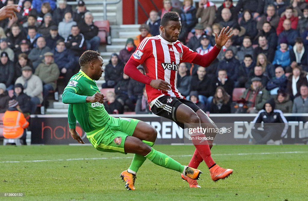 Jermain Defoe of Sunderland (L) scores the first goal during the Barclays Premier League match between Southampton and Sunderland at St Mary's Stadium on March 05, 2016 in Southampton, England.