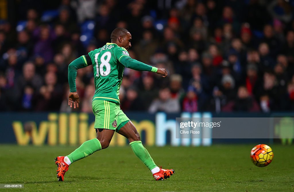 Jermain Defoe of Sunderland scores the opening goal during the Barclays Premier League match between Crystal Palace and Sunderland at Selhurst Park on November 23, 2015 in London, England.