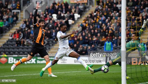 Jermain Defoe of Sunderland scores the second goal during the Premier League match between Hull City and Sunderland at KCOM Stadium on May 6 2017 in...