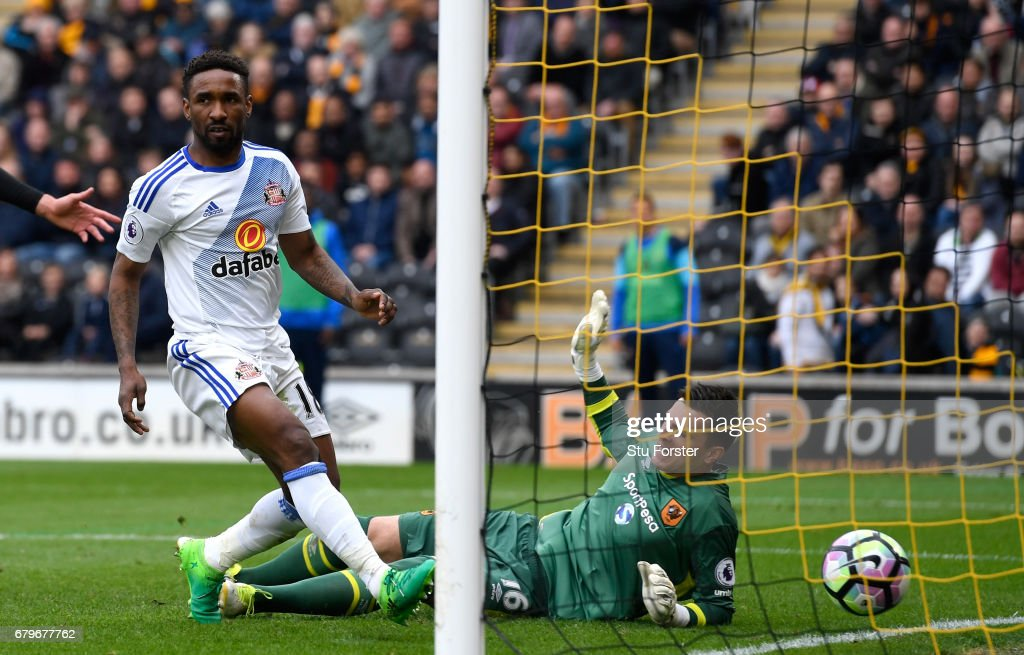 Jermain Defoe of Sunderland scores the second goal during the Premier League match between Hull City and Sunderland at KCOM Stadium on May 6, 2017 in Hull, England.
