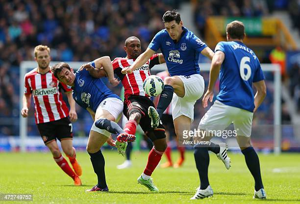 Jermain Defoe of Sunderland tangles with Leighton Baines and Gareth Barry of Everton during the Barclays Premier League match between Everton and...