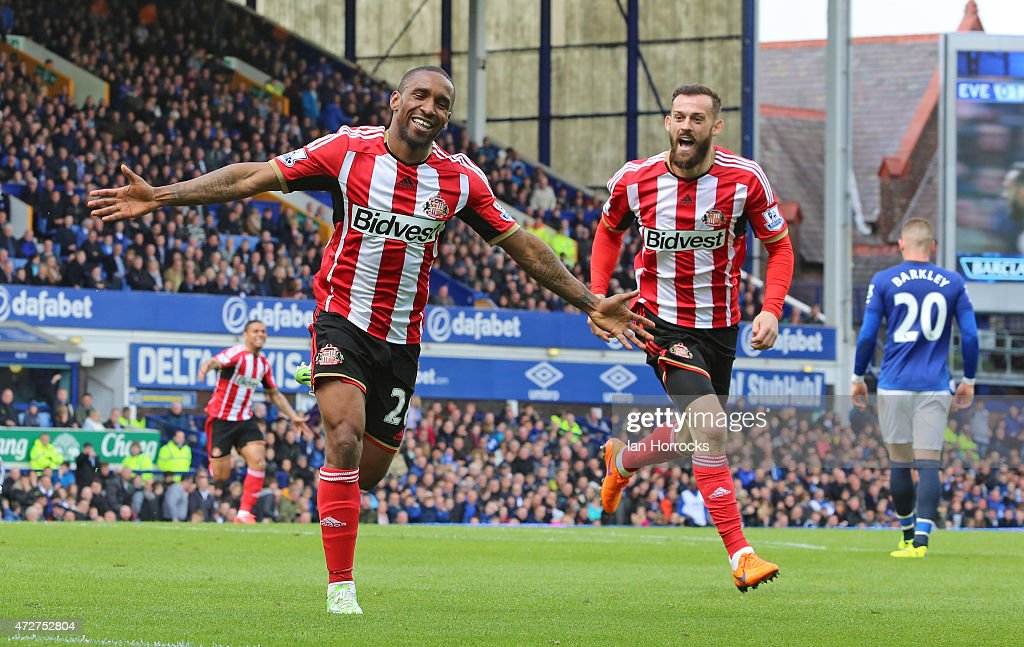 Jermaine Defoe of Sunderland (L) celebrates his goa, Sunderland's second during the Barclays Premier League match between Everton and Sunderland at Goodison Park on May 09, 2015 in Liverpool, England.
