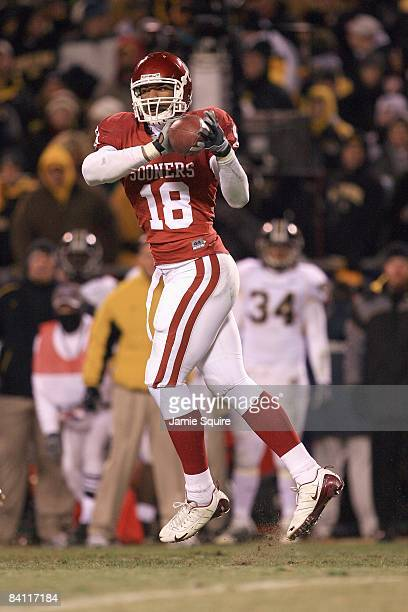 Jermaine Gresham of the Oklahoma Sooners catches the pass during the Big 12 Championship game against the Missouri Tigers on December 6 2008 at...