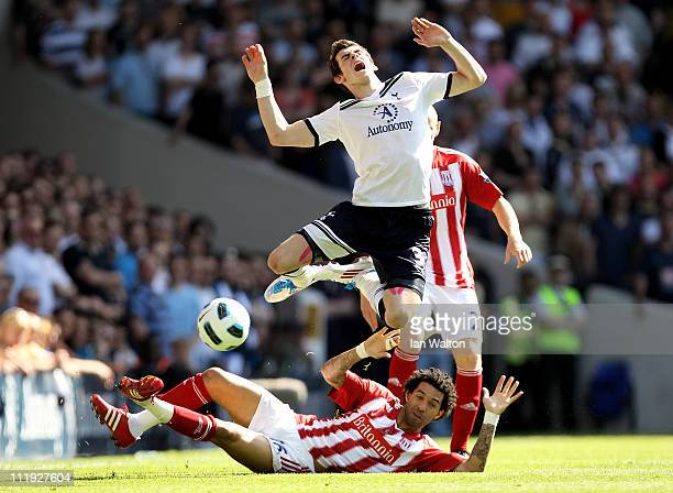 Jermaine Pennant of Stoke tackles Gareth Bale of Spurs during the Barclays Premier League match between Tottenham Hotspur and Stoke City at White...