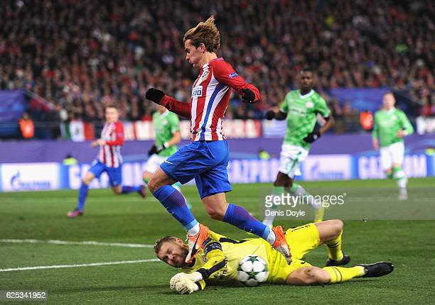 Jeroen Zoet of PSV Eindhoven collects the ball from Antoine Griezmann of Atletico Madrid feet during the UEFA Champions League Group D match between...