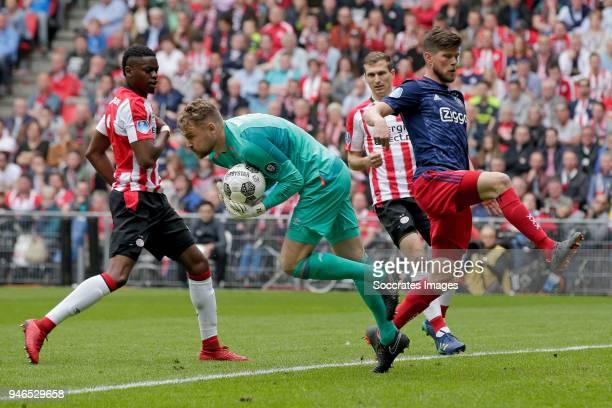 Jeroen Zoet of PSV Klaas Jan Huntelaar of Ajax during the Dutch Eredivisie match between PSV v Ajax at the Philips Stadium on April 15 2018 in...