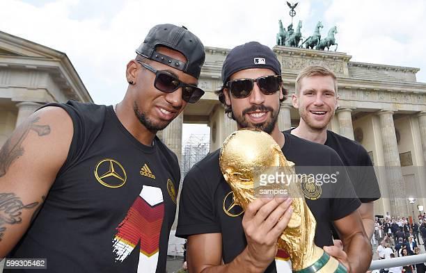 Jerome Boateng Deutschland Sami Khedira Deutschland Per Mertesacker Deutschland mit Weltcup Weltpokal WM Pokal Weltmeisterschaftspokal vor dem...
