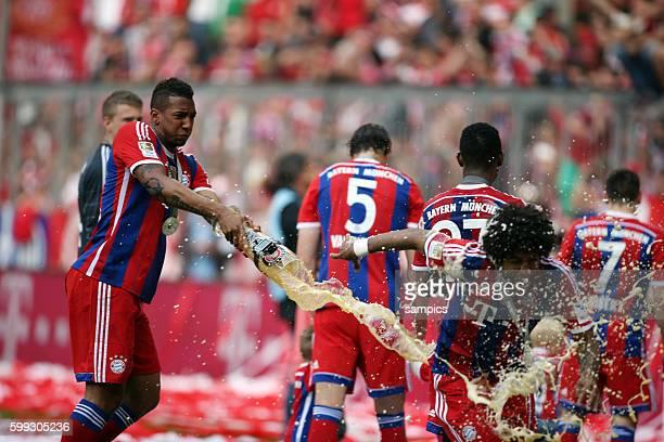 Jerome Boateng duscht Dante mit Weißbier FC Bayern München feiert die 24. Deutsche Meisterschaft Fussball Bundesliga : FC Bayern München - VFB...