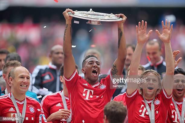 Jerome Boateng FC Bayern München mit Meisterschale 1 Bundesliga Fussball FC Bayern München - FC Augsburg 3:0 Deutscher Fussball Meister 2013...