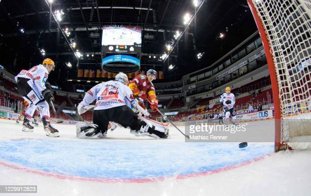 Jerome Flaake of the Duesseldorfer EG scores the 1:3 during the game between the Duesseldorfer EG and the Fischtown Pinguins Bremerhaven at the ISS...