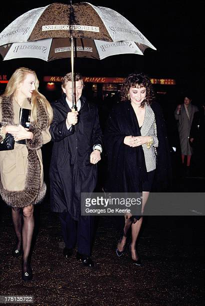 Jerry Hall attends a premiere at the Odeon Cinema in 1990 ca in London England