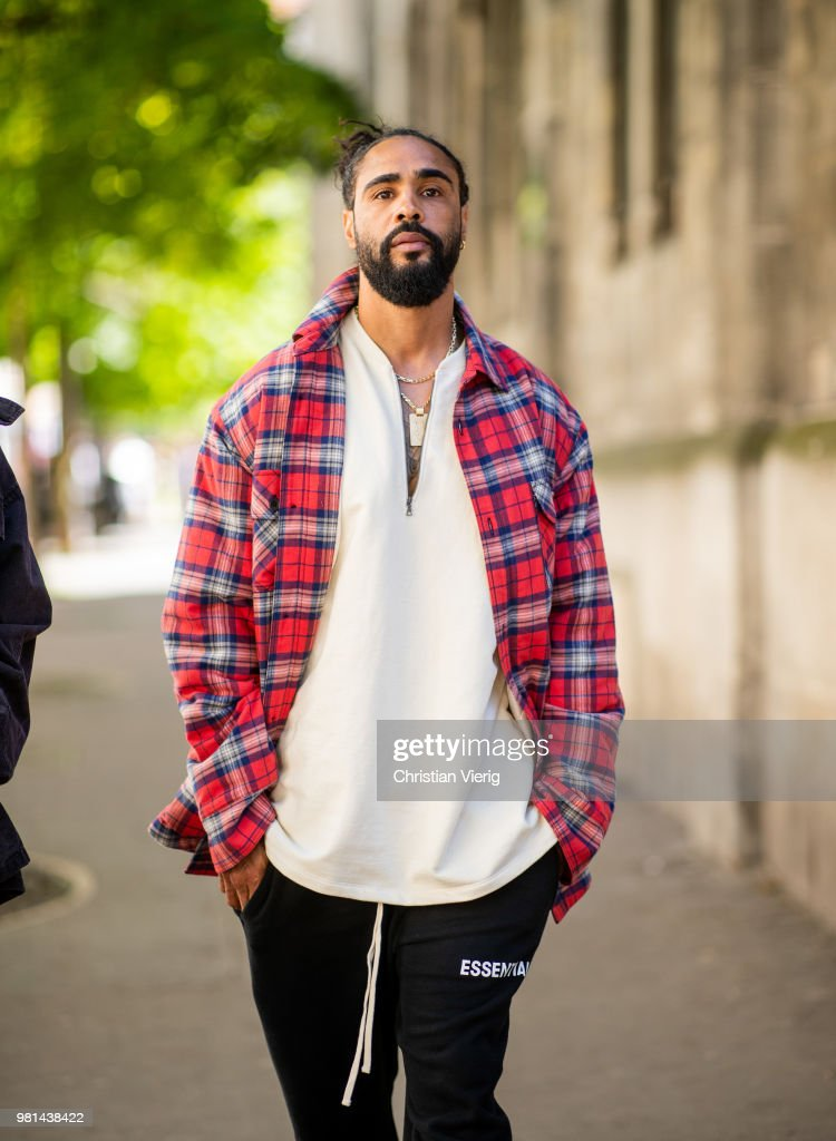 Street Style -Paris Fashion Week - Menswear Spring-Summer 2019 : Day Four : News Photo