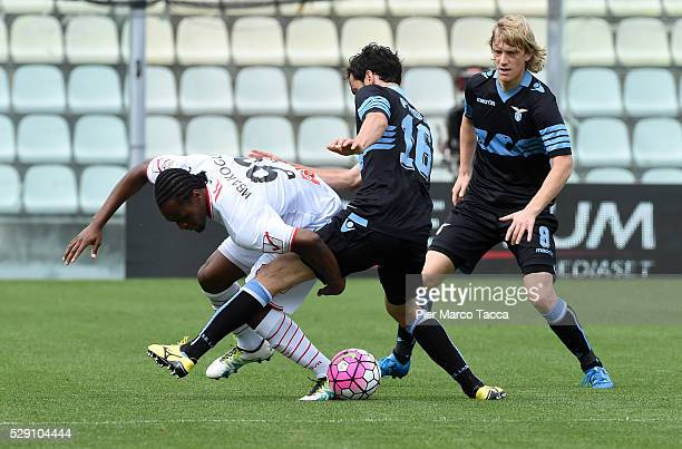Jerry Mbakogu of Carpi FC competes for the ball with Marco Parolo of SS Lazio during the Serie A match between Carpi FC and SS Lazio at Alberto...