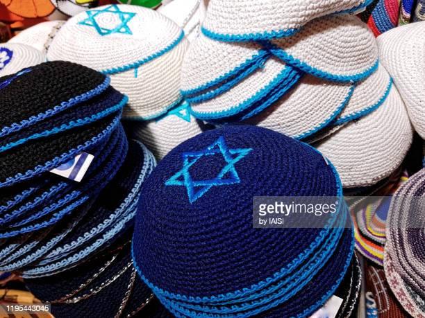 jerusalem, blue and white yarmulkes with stars of david - keppeltje stockfoto's en -beelden