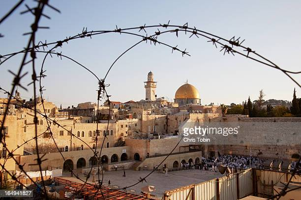 jerusalem seen through barbed wire - monte del templo fotografías e imágenes de stock