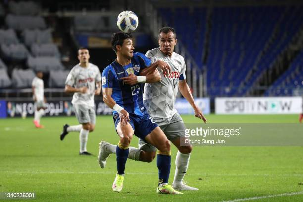 Jesiel Cardoso Miranda of Kawasaki Frontale competes for the ball with Kim Tae-Hwan of Ulsan Hyundai during the AFC Champions League round of 16...