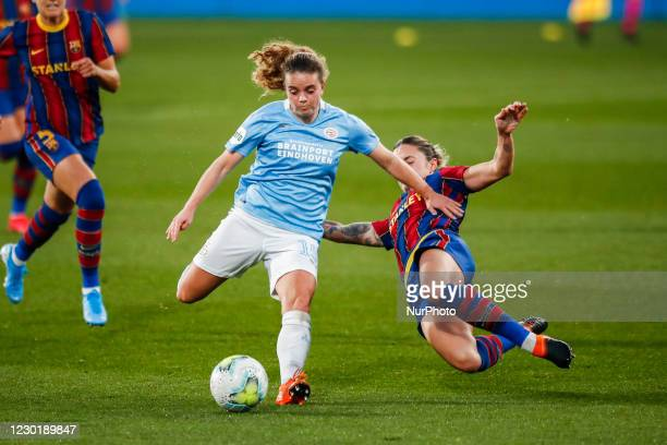 Jeslynn Kuijpers of PSV and 04 Maria Leon of FC Barcelona figting for the ball during the UEFA Champions League Women match between PSV v FC...