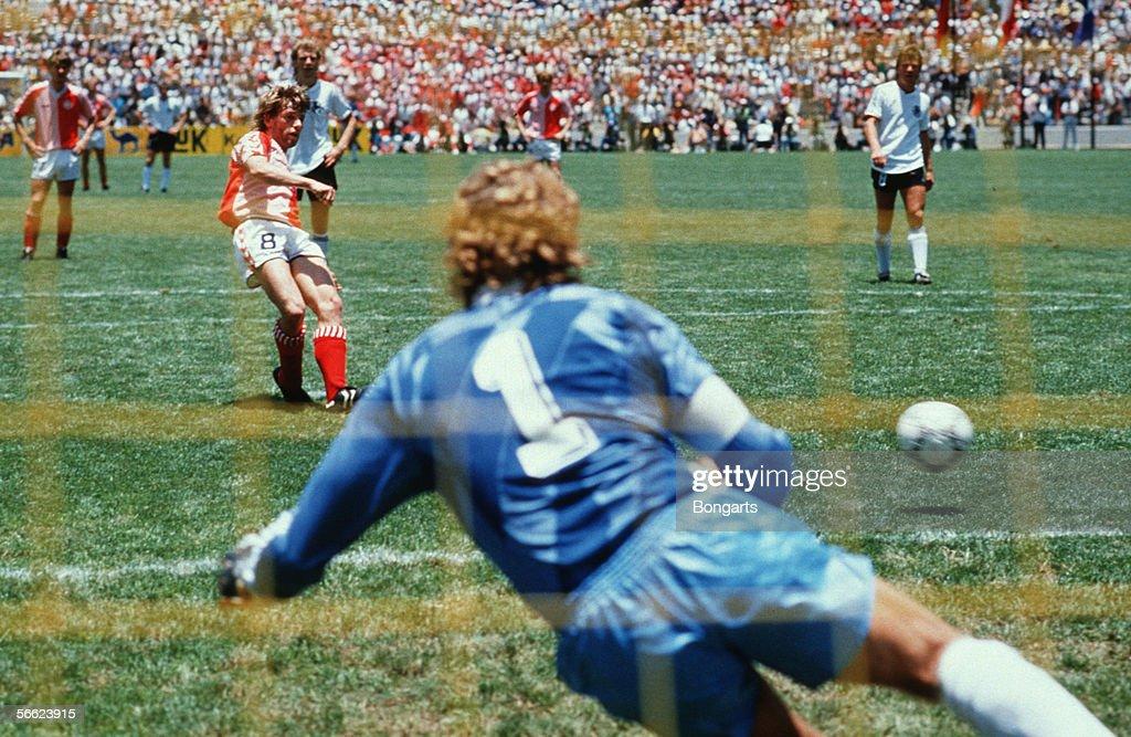 MEX: World Cup 1986 - Denmark v Germany : News Photo